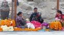 Vendeurs d'œillets, fleurs très présentes dans la religion Hindou