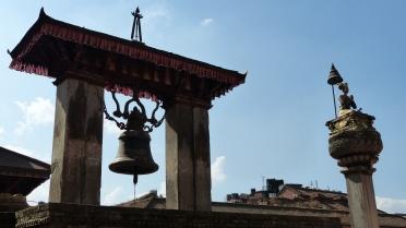 Cloche de Taleju et colonne du roi Bhupatpindra Malla
