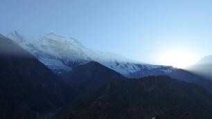 Le soleil se couche derrière la montage; à gauche l'Annapurna IV