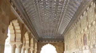 Des miroirs ornent le plafond et les murs du Jai Mandir