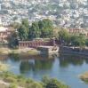 Au premier plan, une partie du parc Rao Jodha, puis le mémorial et la ville en arrière plan