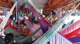 Entrelacs de hamacs aux couleurs vives