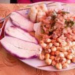 Ceviche de trucha, accompagné de maïs séché et de pomme de terre violette